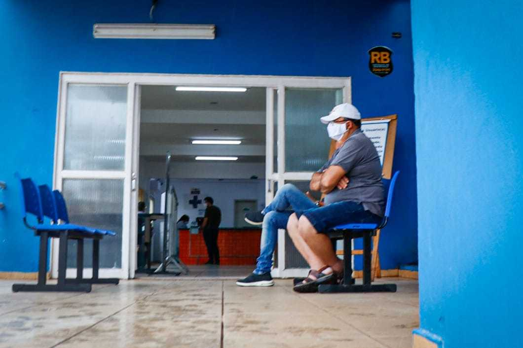 Nesta manhã, no CRS Tiradentes, onde será dada largada oficial da vacinação na Capital, pacientes esperavam atendimento, mas não a vacina (Foto: Henrique Kawaminami)