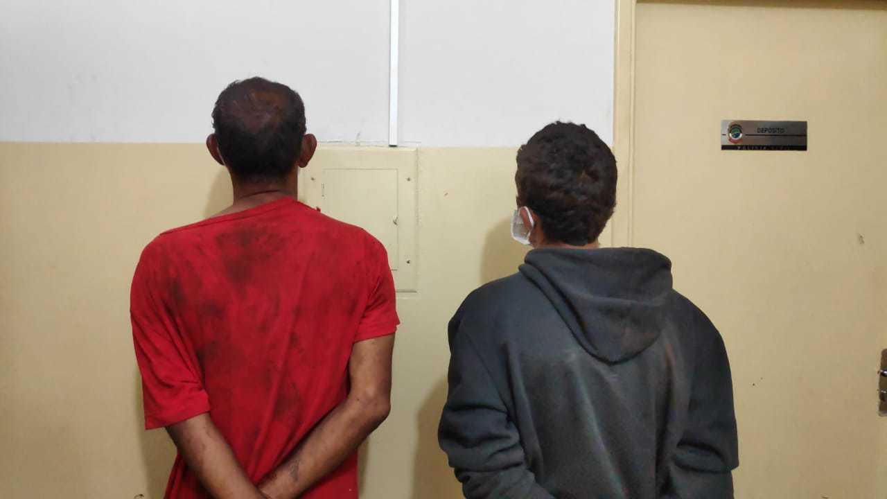 Suspeitos foram presos em flagrante e levados para delegacia da cidade. (Foto: Adilson Domingos)
