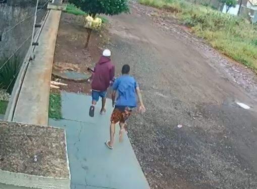 Dois rapazes fogem depois de tentar invadir casa. (Foto: reprodução)