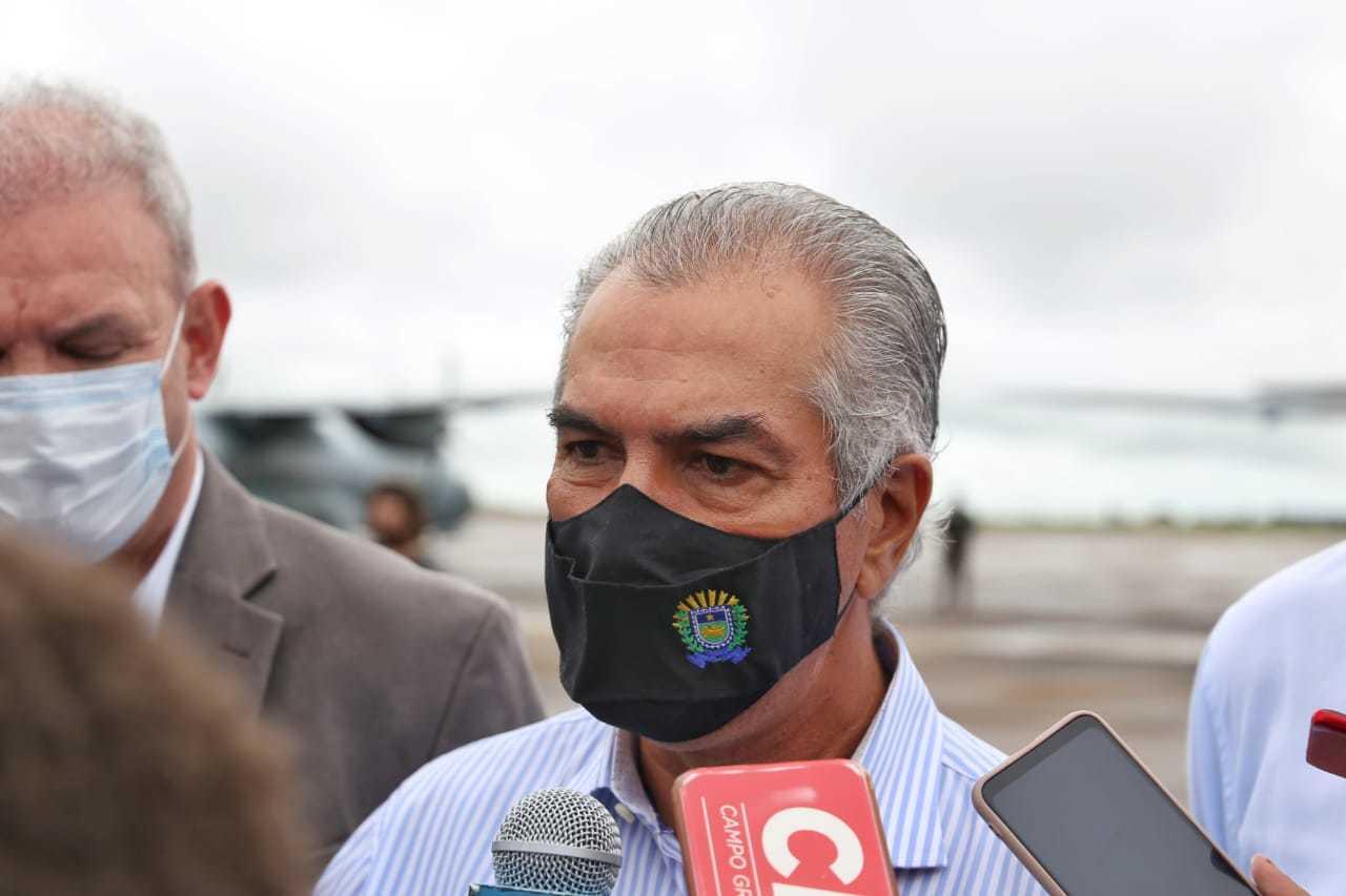 Governador Reinaldo Azambuja (PSDB) em coletiva na tarde de ontem, durante chegada das vacinas no Estado (Foto: Paulo Francis)
