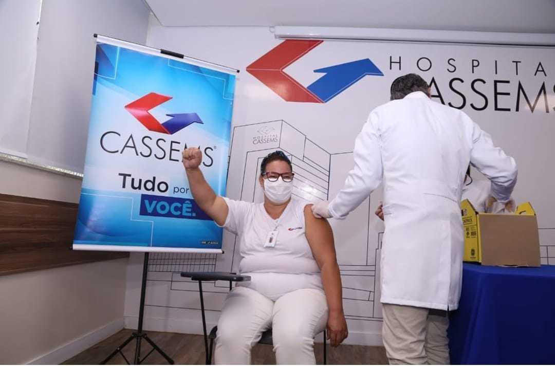 Genira foi a primeira imunizada na Cassems. (Foto: Reprodução | Instagram)