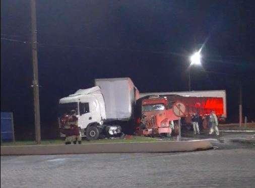 Carretas colidem em frente a posto de gasolina na saída para São Paulo
