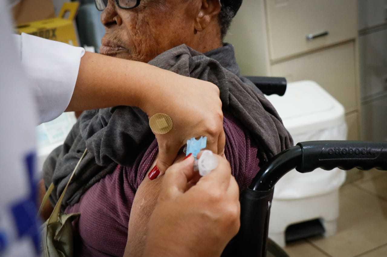 Idoso negro no Asilo São João Bosco é vacinado. (Foto: Henrique Kawaminami)