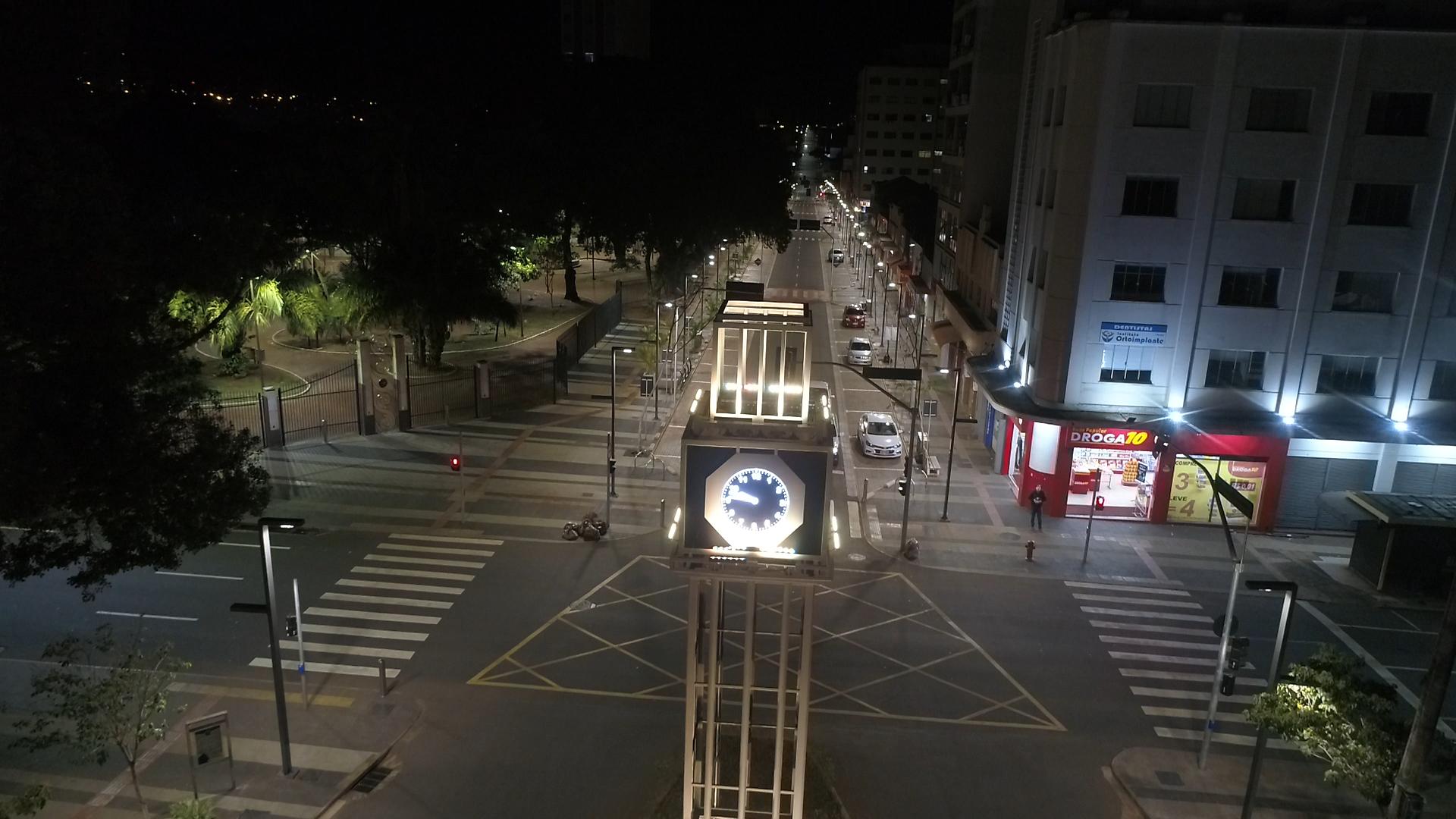 Cruzamento, no Centro de Campo Grande, durante horário do toque de recolher (Foto: Gabriel Marchese)
