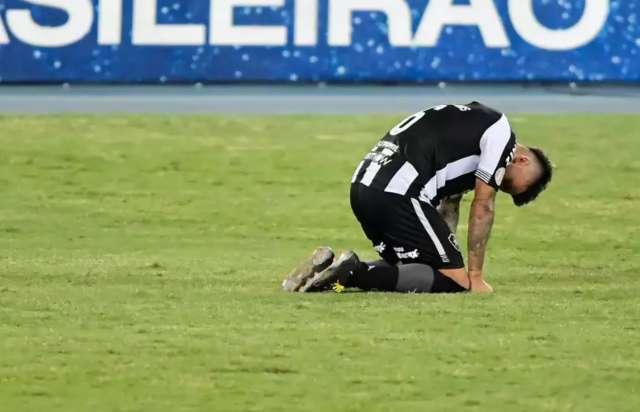 Botafogo perde para o Atlético-GO, de virada, no Rio, e se aproxima da Série B