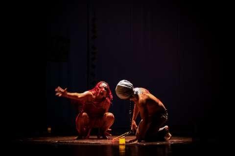Do abuso ao palco, Silvia estreou no teatro aos 38 anos