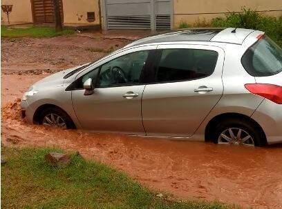 Água quase encobriu as rodas do veículo. (Foto: Direto das Ruas)