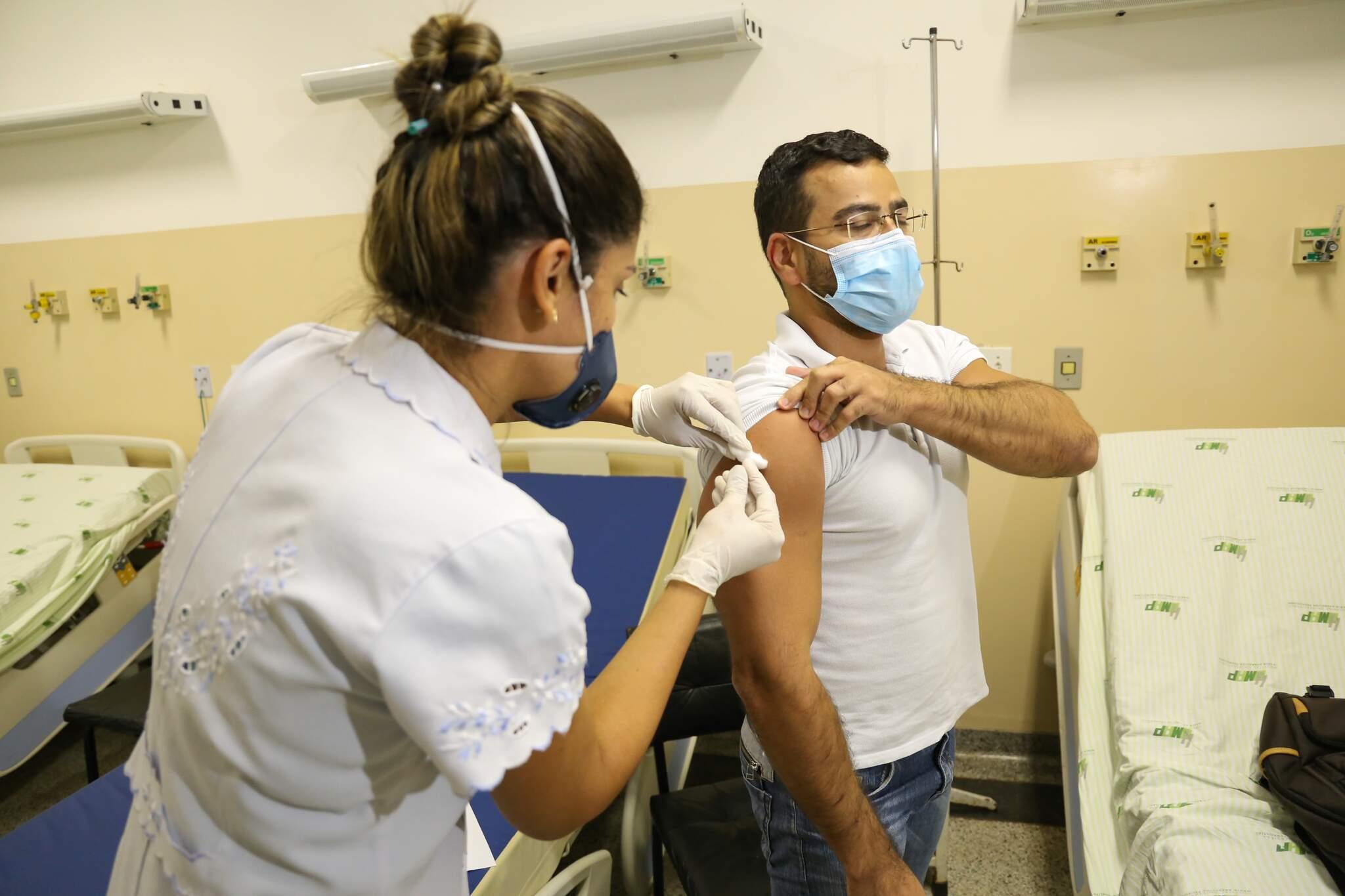 Voluntário sendo imunizado com vacina contra a covid-19. (Foto: Paulo Francis)