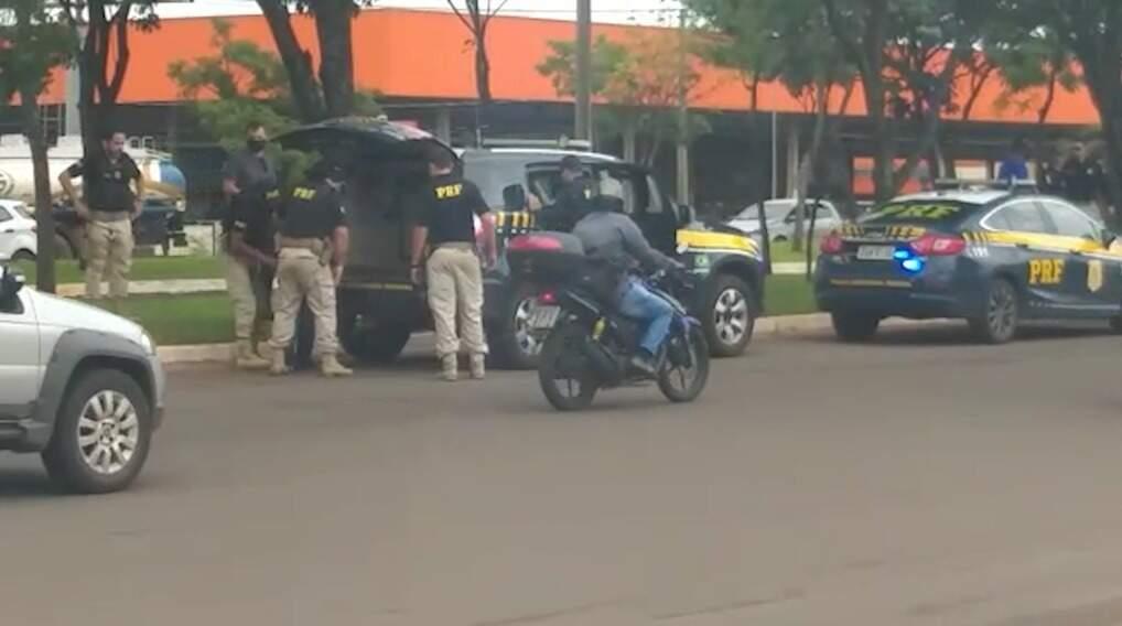Homem sendo colocando em viatura da Polícia Rodoviária Federal (Foto: Direto das Ruas)