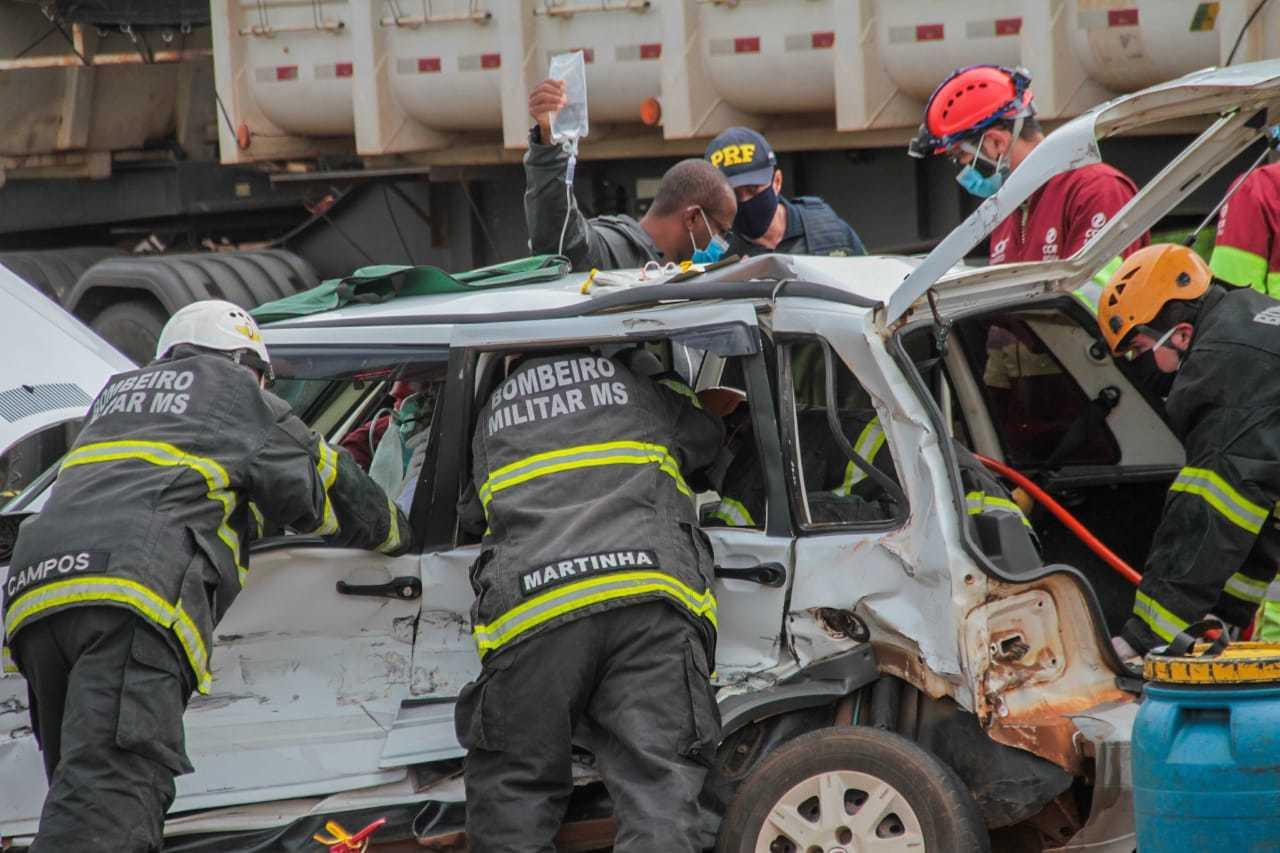 Bombeiros tentam tirar motorista da lataria. (Foto: Marcos Maluf)