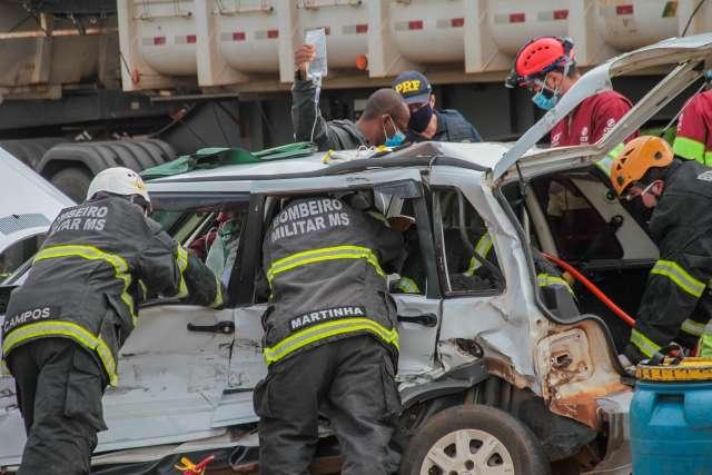 Motorista fica preso em ferragens em acidente perto da Uniderp Agrárias