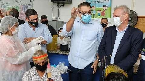 Prefeito de MS decide guardar frasco de vacina de lembrança