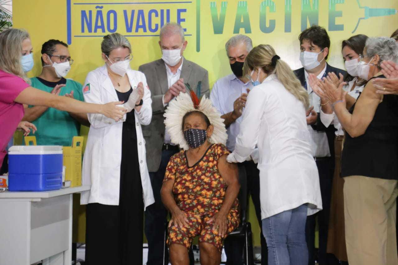 Dona Domingas, de 92 anos, foi a primeira pessoa a ser vacina, no Estado (Foto: Silas Lima)