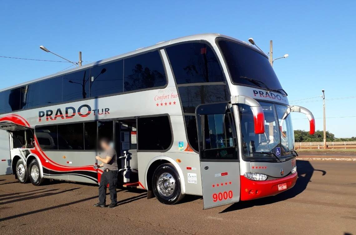 Policial desce de ônibus da Prado Tur, que levava 556 quilos de cocaína, em maio de 2019 (Foto: Divulgação)