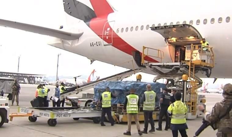 Lote de 2 milhões da vacina da Oxford/AstraZeneca, produzidas na Índia, chegaram agora à tarde no Aeroporto de Guarulhos, em São Paulo. (Foto: Reprodução TV Brasil)