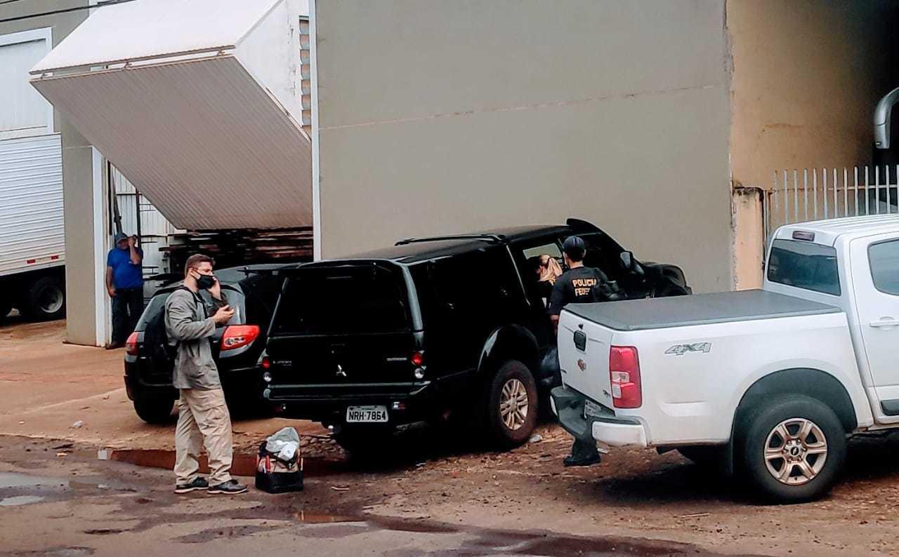 Policiais federais deixam garagem da empresa Euro Tur, durante a operação de ontem (Foto: Adilson Domingos)