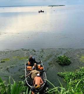 Homem cai de barco e desaparece em lago de usina