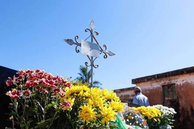 Em dia com 23 sepultamentos por covid, vítima mais jovem morreu aos 35 anos