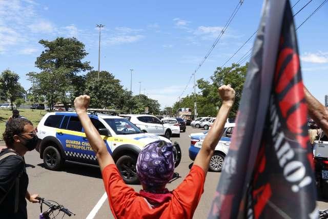 Protesto contra Bolsonaro reúne centenas de carros, mesmo com bloqueio da Guarda