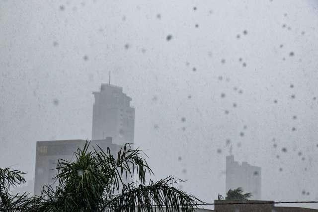 Tempo fecha e chuva forte interrompe dia ensolarado na Capital