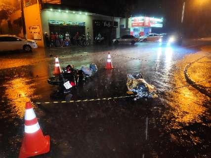 Colisão entre carro e moto mata mulher em cruzamento