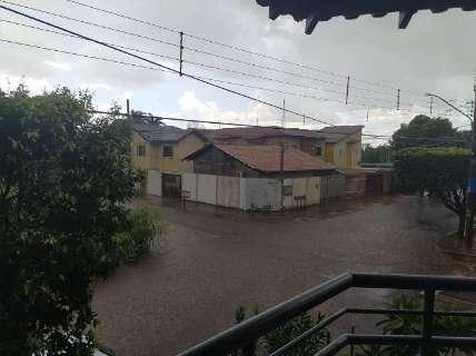 """Chuva fez cruzamento virar """"rio"""" e água invadir calçadas no São Lourenço"""