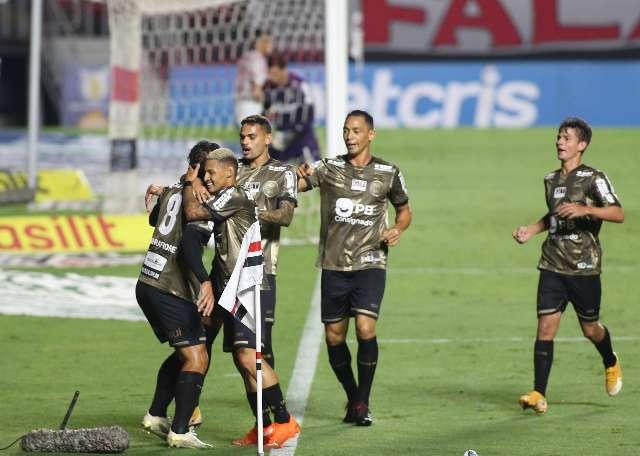 São Paulo joga mal, empata com Coritiba e perde chance de voltar à liderança