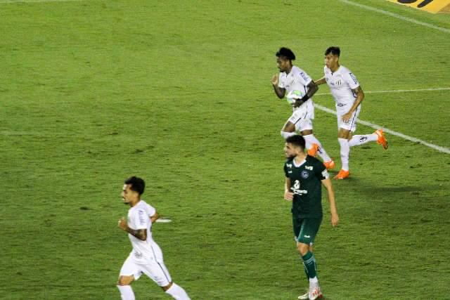 Com show de Rafael Moura, Goiás vence de virada Santos com titulares por 4 a 3