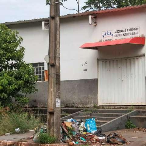 'Virou um lixão': moradores reclamam que associação de bairro está abandonada