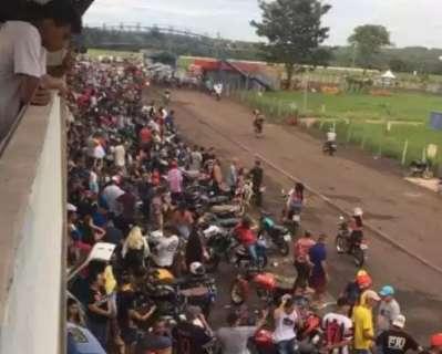 Festa de manobras reúne multidão de jovens sem máscara no autódromo