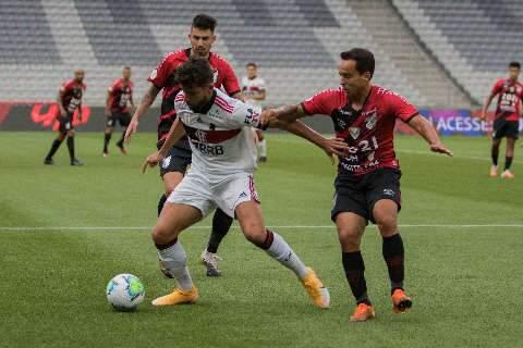 Flamengo perde para o Athletico-PR e fica mais longe da liderança do Brasileirão