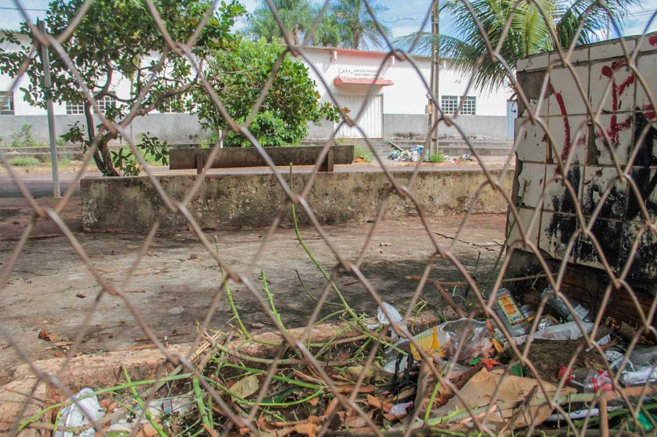 Abandono de praça, em frente à associação, também incomoda (Foto: Marcos Maluf)