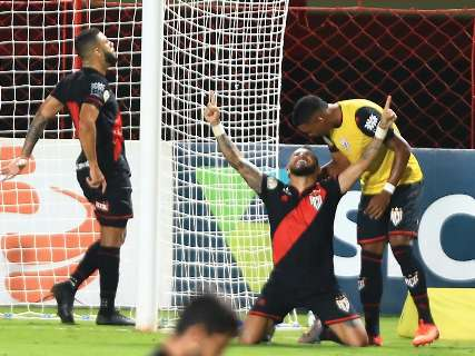 Com gol de goleiro, Atlético Goianiense bate Fortaleza e se distancia da degola
