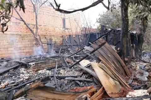 Barraco pega fogo no Jóquei Clube depois de curto circuito
