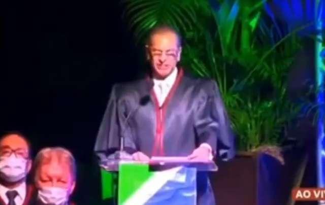 """Bolsonaro compartilha fala de presidente do TJ condenando o """"fique em casa"""""""