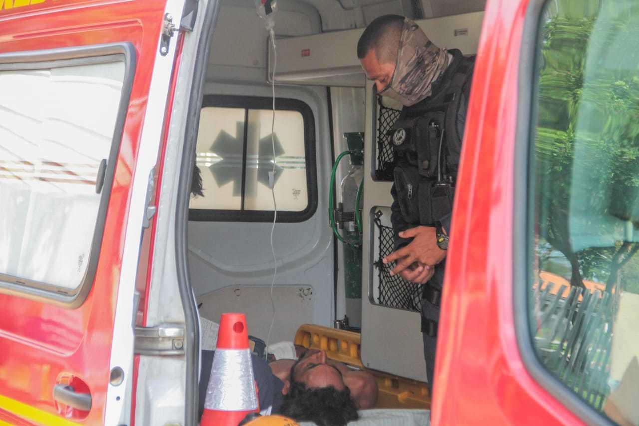 Vítima foi socorrida pelo Corpo de Bombeiros e levada à Santa Casa (Foto: Marcos Maluf)