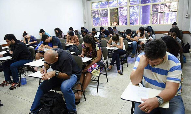 Jovens e adultos em sala de aula durante prova do Encceja antes da pandemia (Foto: MEC)