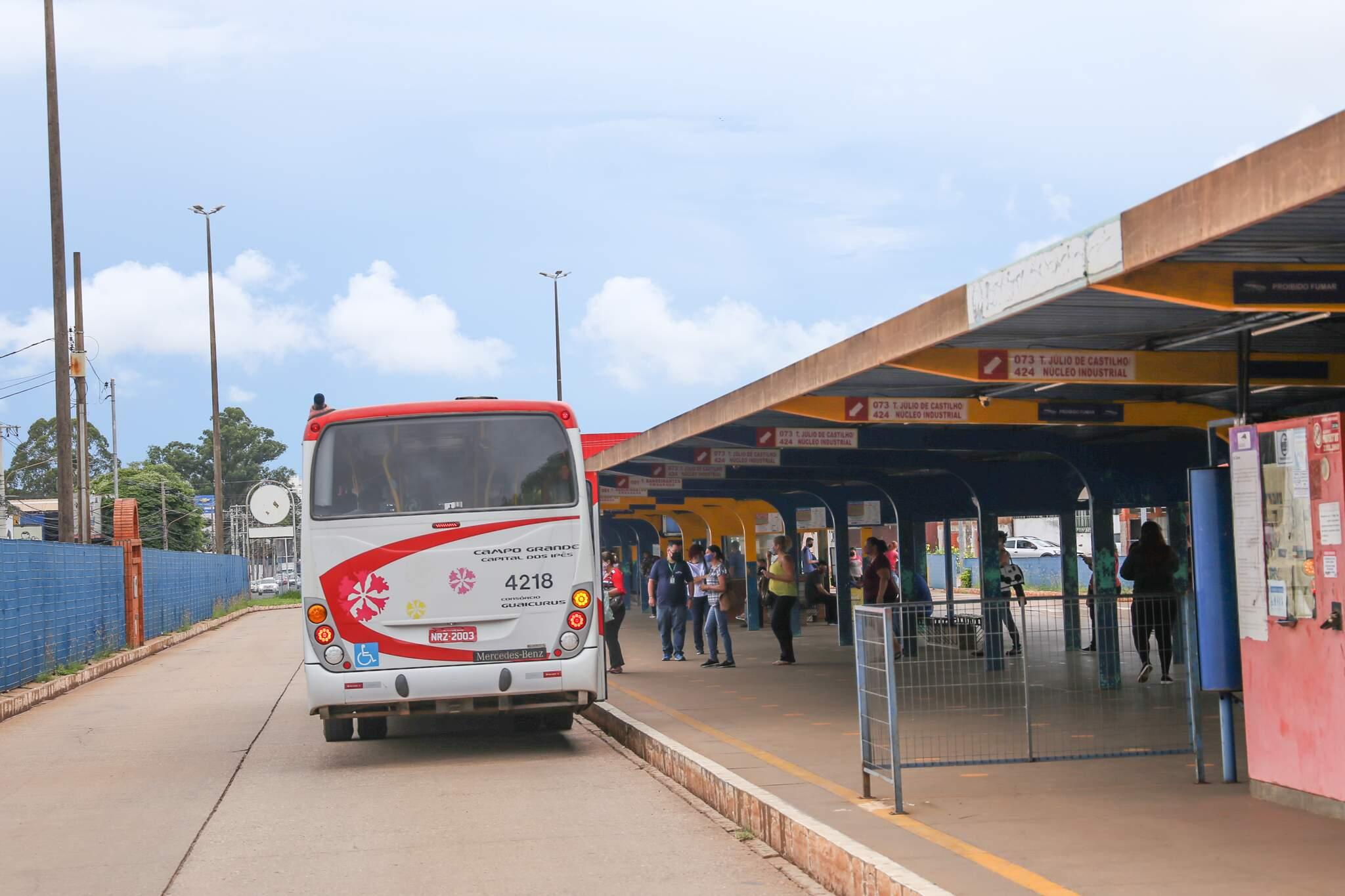 Uma das exigências em tempos de pandemia é a higienização dos ônibus do transporte urbano. (Foto: Paulo Francis)