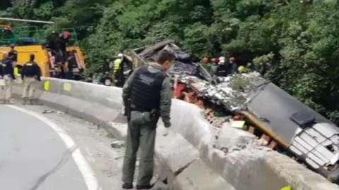 Ônibus cai em ribanceira e 14 pessoas morrem no litoral do Paraná