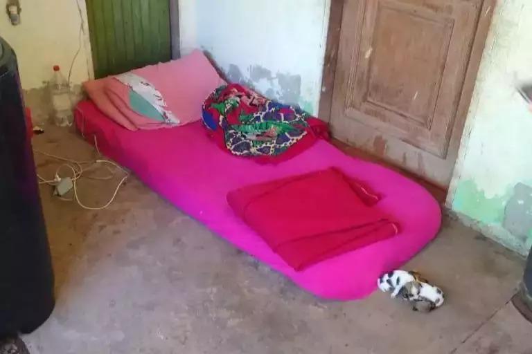 Jovem estava dormindo em colchão no chão de varanda (Foto: Divulgação/5º BPM)