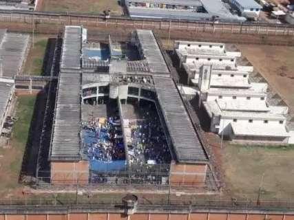 Quatro presos fogem pulando muralha da Máxima
