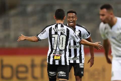 Com dois gols de Savarino, Atlético-MG vence o Santos no Mineirão