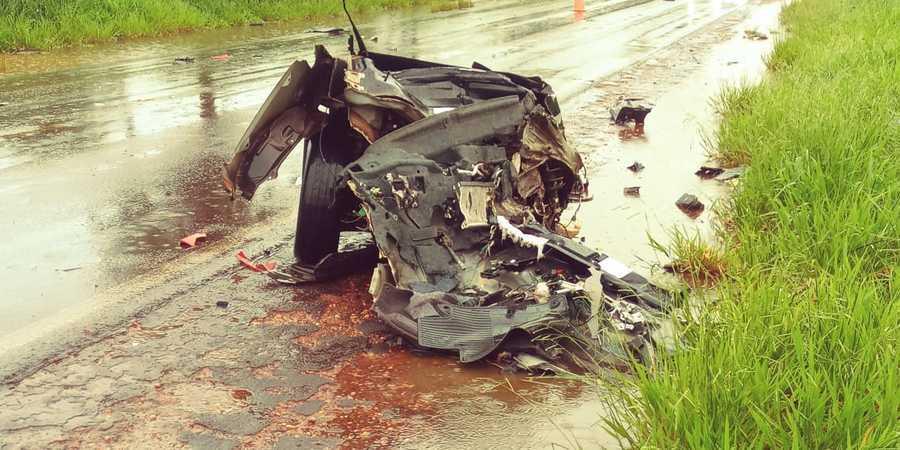Carro de passeio ficou destruído. (Foto: Nova News)