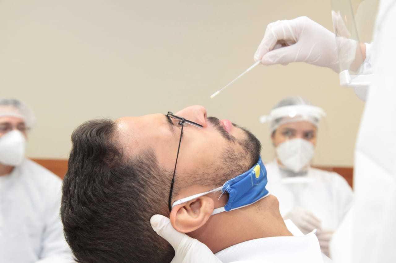 Homem sendo subtimetido a teste RT-PCR na Capital. (Foto: Marcos Maluf)