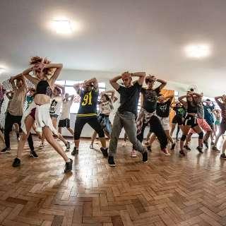 Com bailarinos da Pabllo Vittar e Luísa Sonza, isolados terão aula