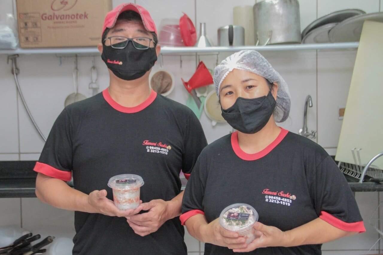 Marcos e Saeko com bolo de pote (Foto: Marcos Maluf)