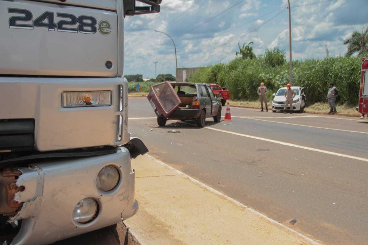 Fiats, Uno e Argo (ao fundo), ficaram bem danificados (Foto: Marcos Maluf)