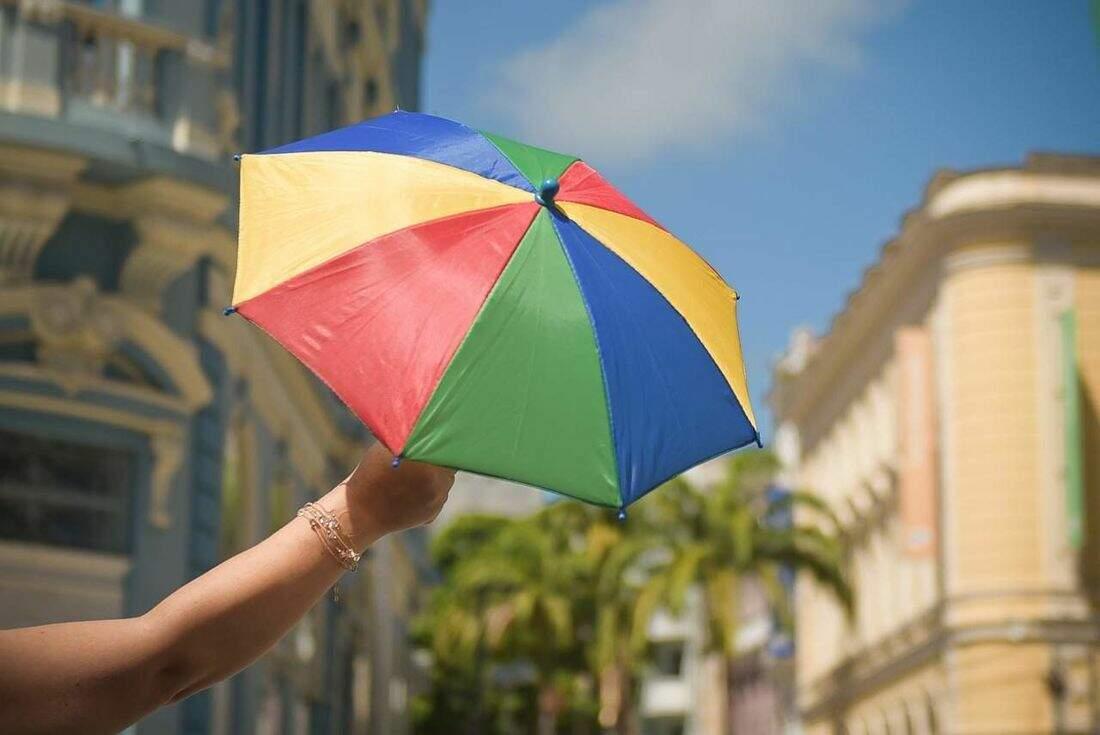 O guarda-chuva, símbolo do frevo pernambucano e uma das marcas do Carnaval brasileiro, este ano só via online (Foto: Reprodução/Alfeu Tavares)