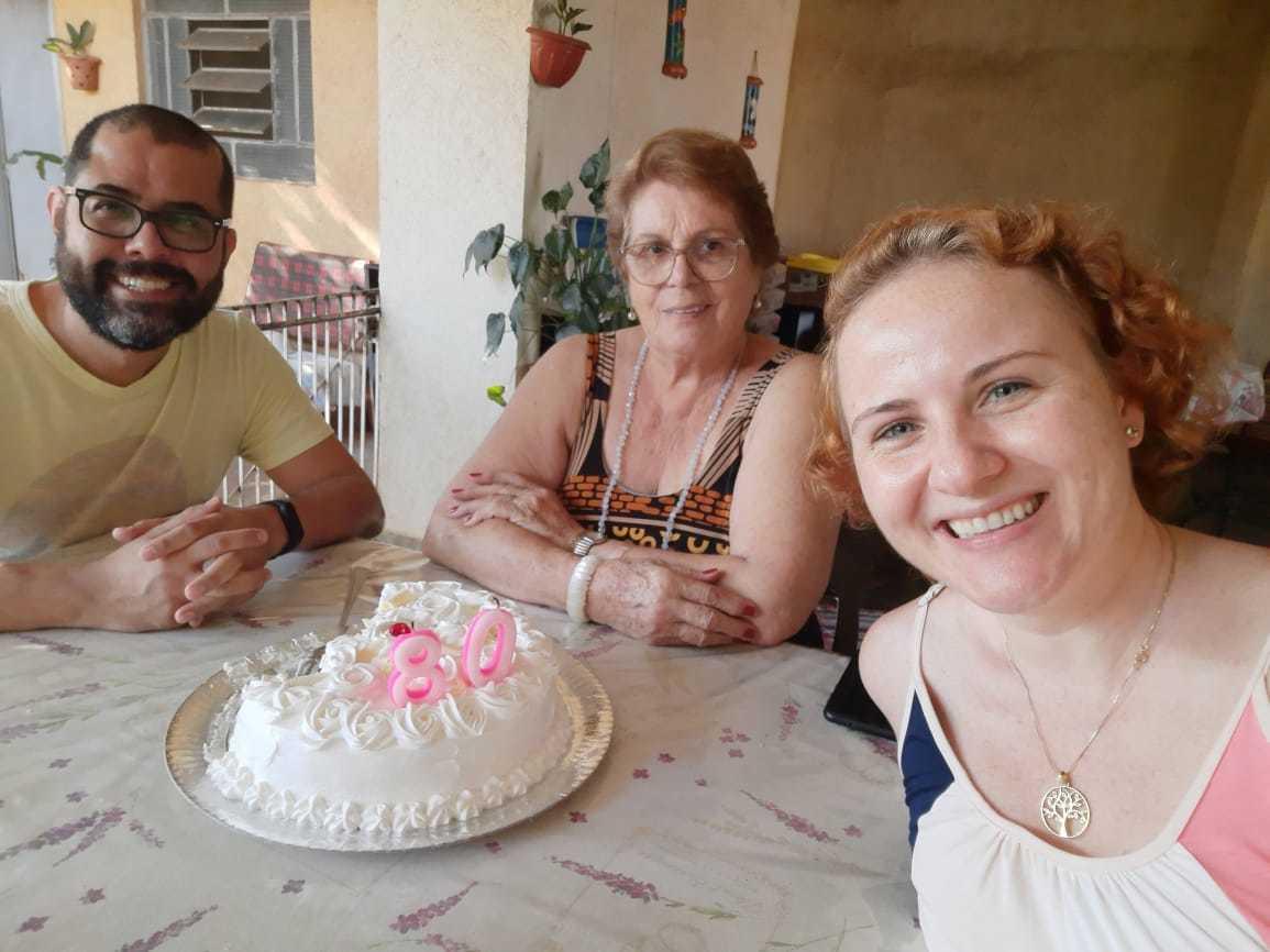 Adélia comemorando os 80 ao lado da neta Mariana e de Márcio, o casal mora com a avó. (Foto: Arquivo Pessoal)