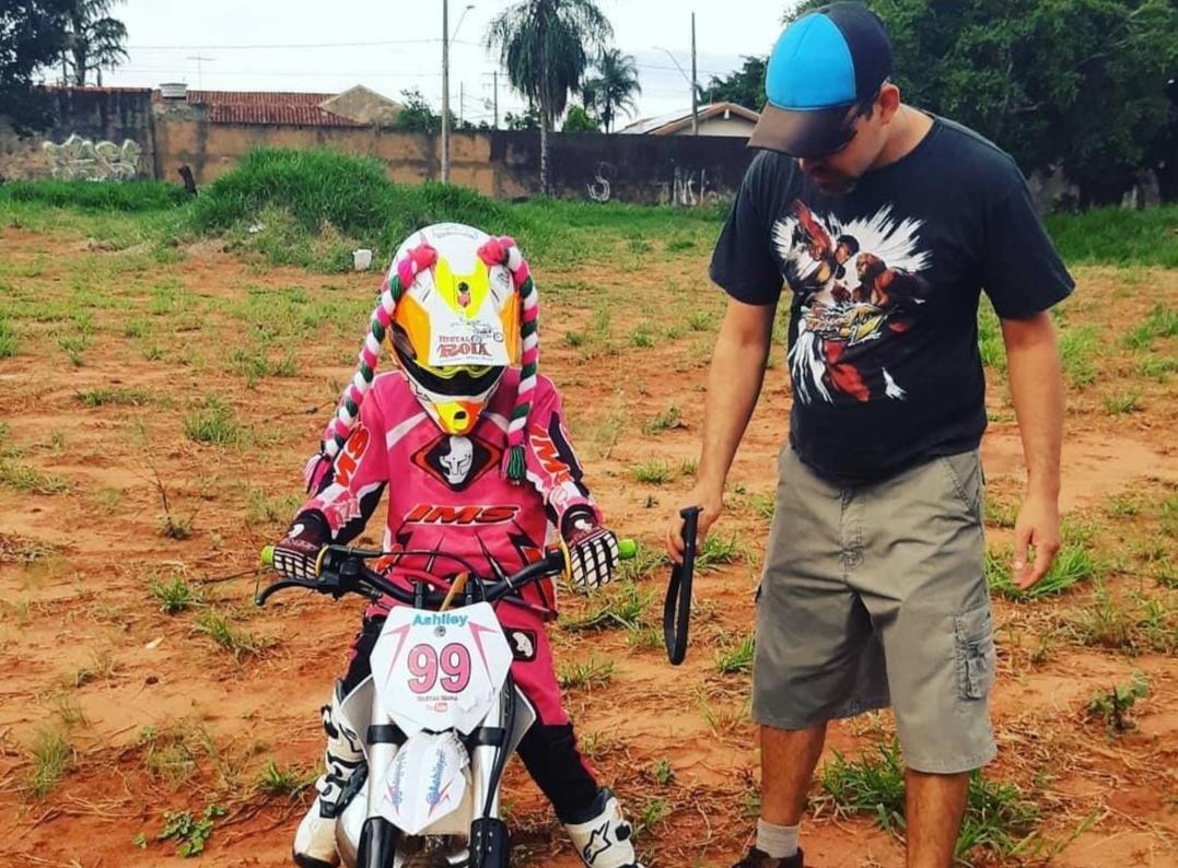 Ashiley em sua moto (Foto: Arquivo Pessoal)